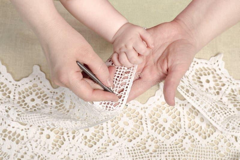 De dochter van het moederonderwijs, kind, meisje breit, met de hand gemaakt royalty-vrije stock afbeelding