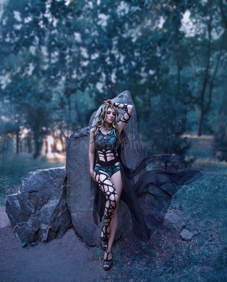De dochter van kwalgorgona van de God van het overzees, die van een schoonheid in een monster draaide, leeft op een steeneiland royalty-vrije stock afbeeldingen