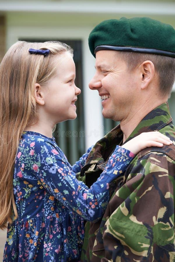 De Dochter van militairon leave hugging stock afbeelding