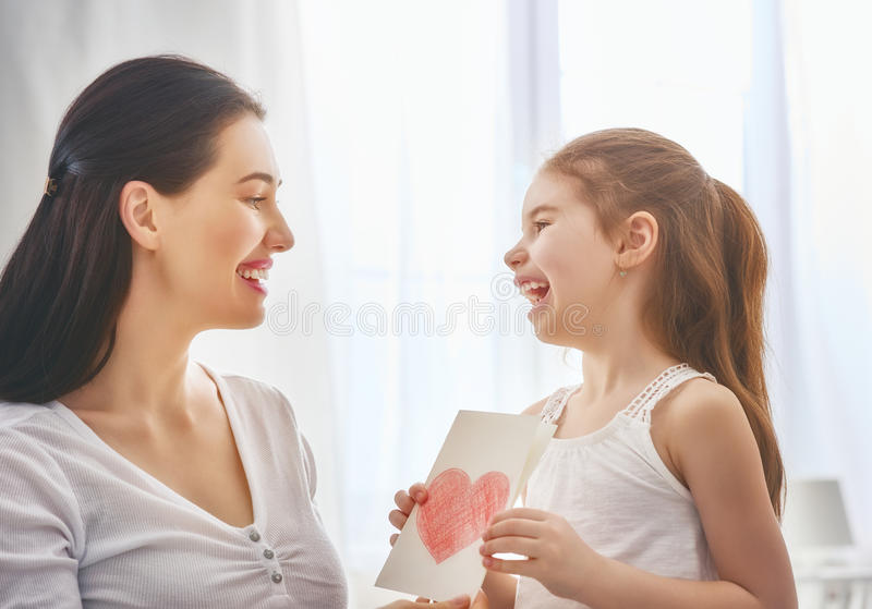 De dochter wenst mamma geluk royalty-vrije stock afbeelding