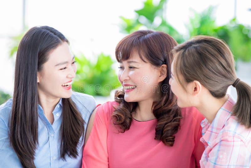De dochters spreken gelukkig aan moeder royalty-vrije stock afbeeldingen