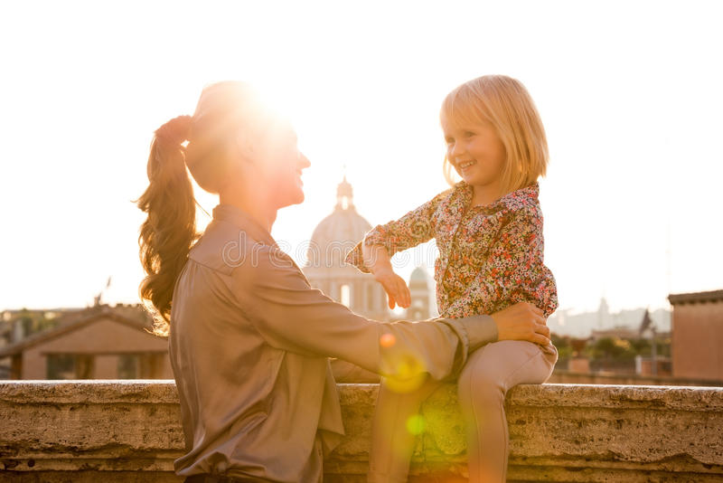 De dochterzitting van de moederholding op richel in Rome royalty-vrije stock foto