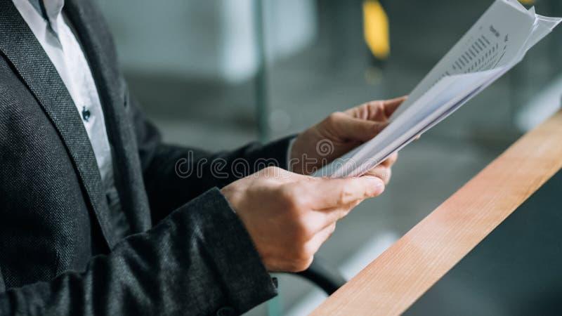 De documenten van de de werkruimtemens van het bedrijfskwestiebureau stock afbeeldingen