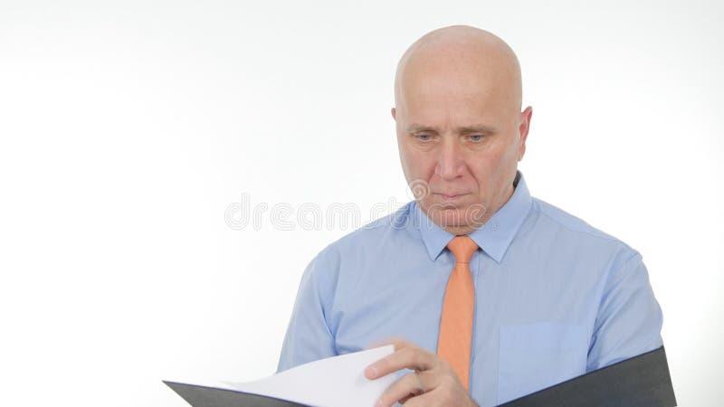 De Documenten van zakenmanimage reading business stock foto