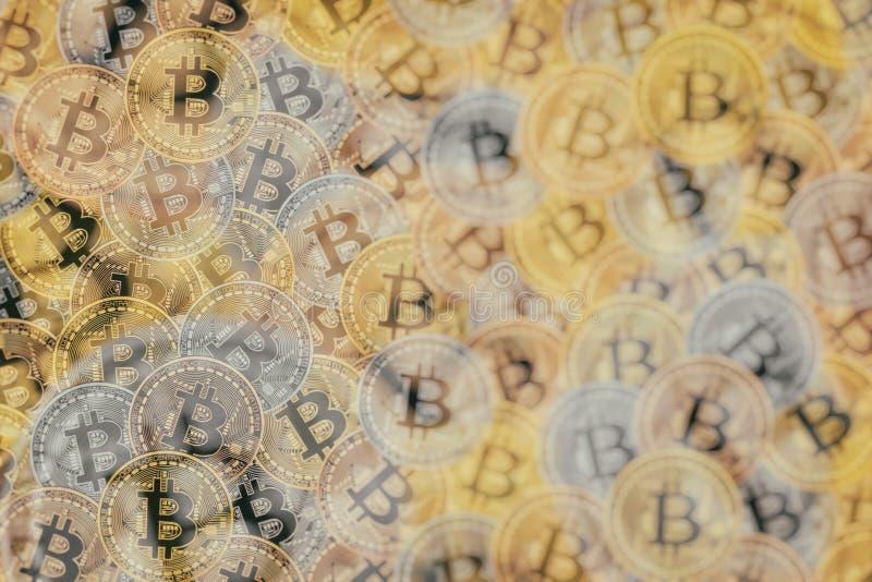 De Doebleblootstelling van velen bronst, verzilvert en de gouden muntstukken met Bitcoin-teken, het is een cryptocurrencyachtergr stock illustratie