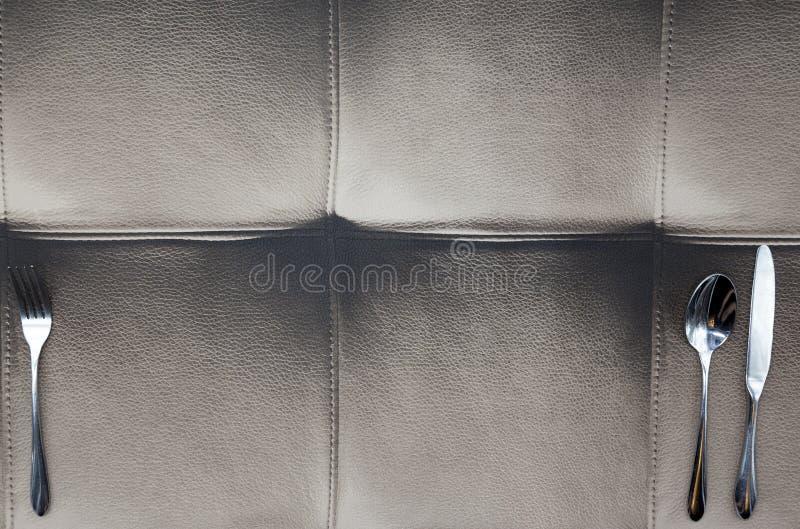 De doek die van Buffelsleer wordt gemaakt, een lijst in een Amerikaans restaurant Mes, vork, die op het ontwerp van het leertafel royalty-vrije stock afbeeldingen