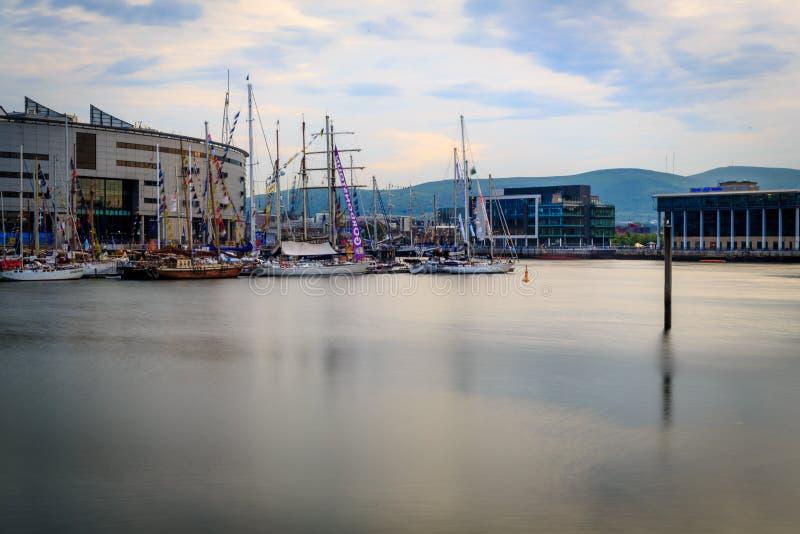 De dokken van Belfast met lange schepen stock fotografie