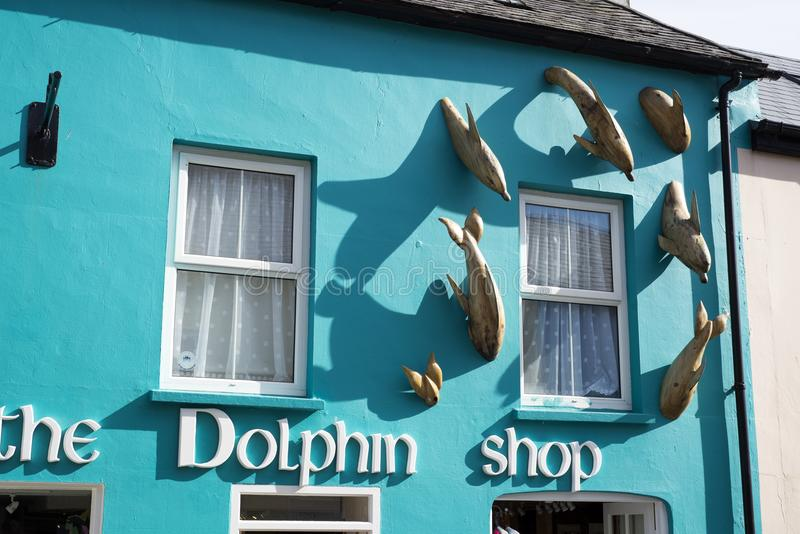 De dolfijn shopfront in dingle stock afbeeldingen