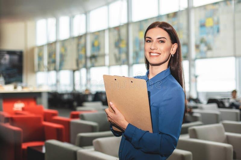 De dolkomische het glimlachen tablet van de dameholding in restaurant royalty-vrije stock foto's