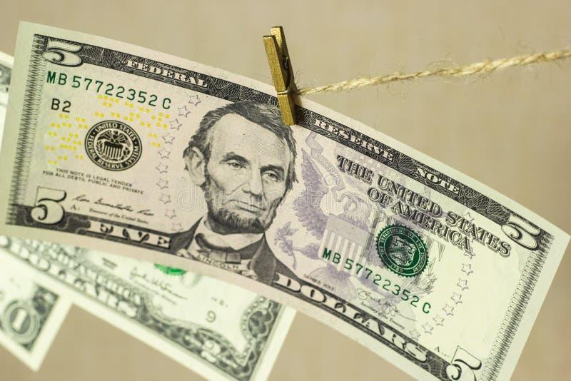 De dollars hangen op de drooglijnwasknijpers in bijlage royalty-vrije stock foto's
