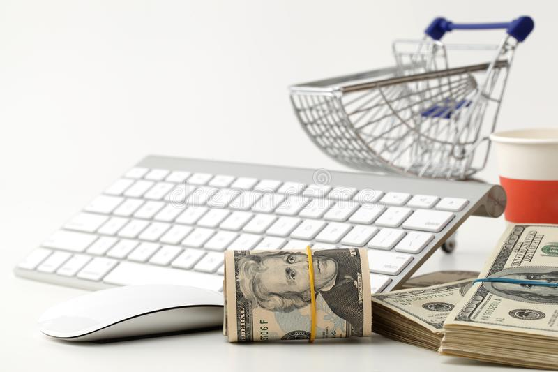 De dollars in het boodschappenwagentje op een computer tikken - concept online het winkelen in stock afbeelding