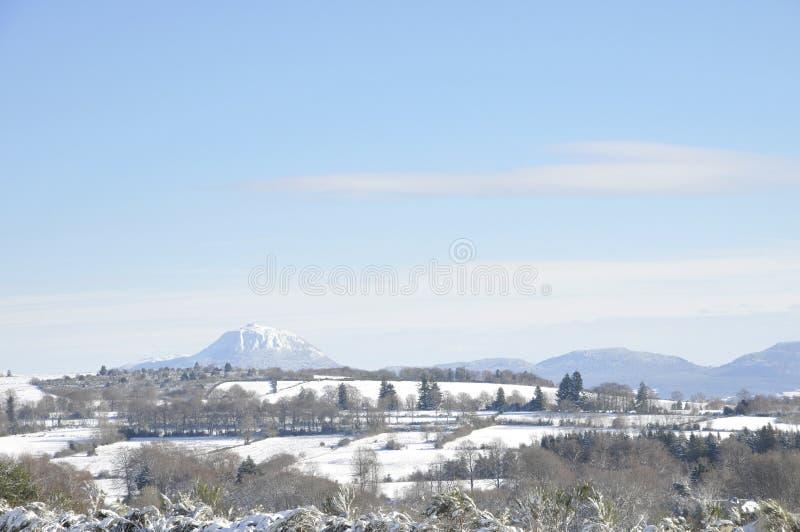 de dome集中的横向山puy冬天 库存图片