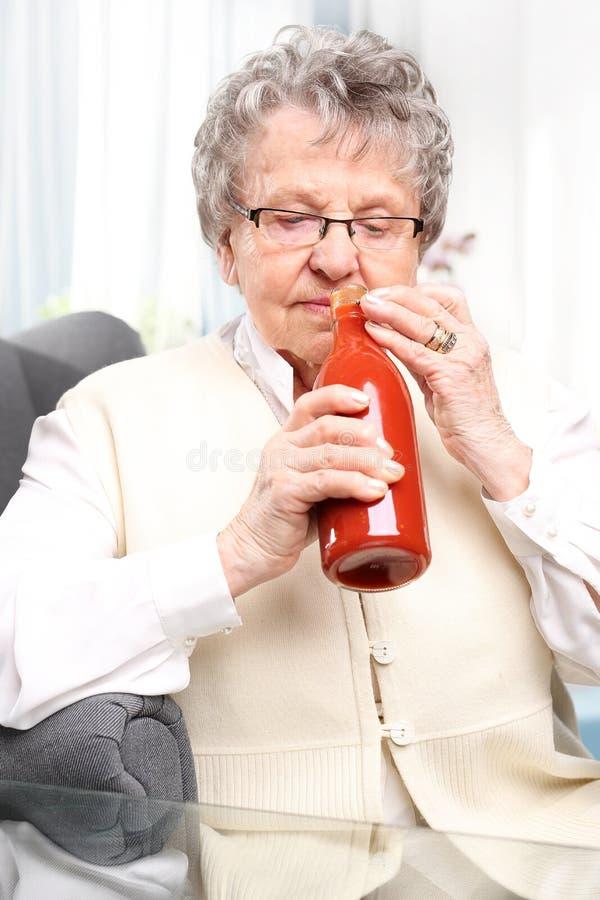 De domeinen van de oma, puree met rode tomaten stock foto