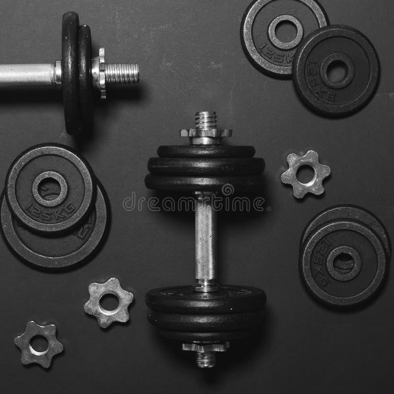 De domoren of de gewichten op zwarte lijst - Concept voor Vlakke training - leggen minmal ontwerp stock fotografie