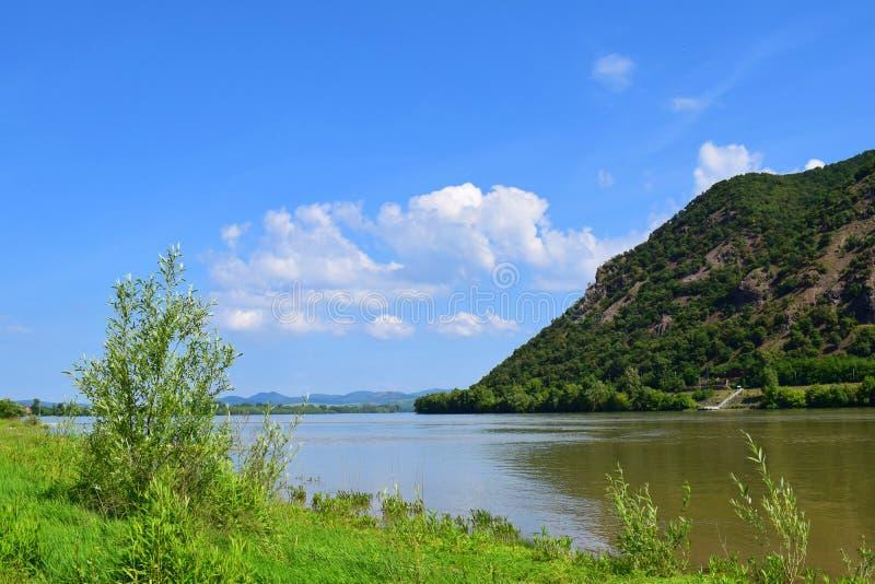 De Donau met een heuvel en blauwe hemel in Hongarije royalty-vrije stock fotografie