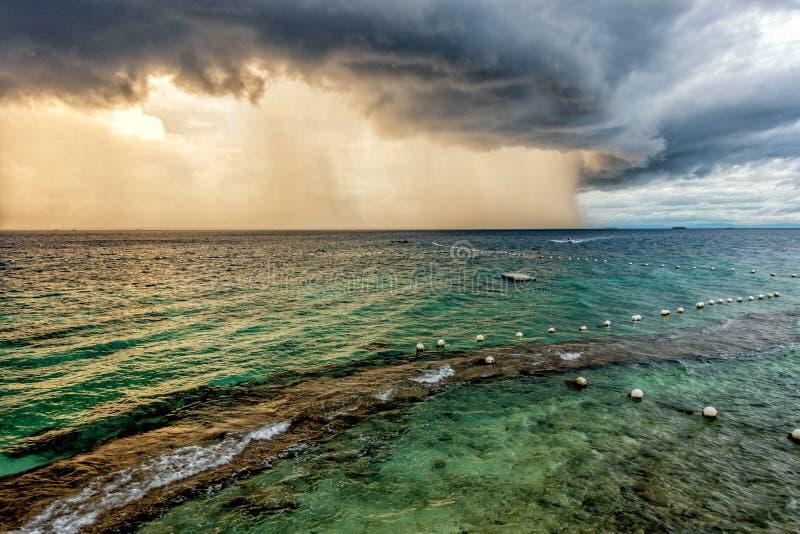De donderonweren in de stad van Lapu Lapu stock afbeelding