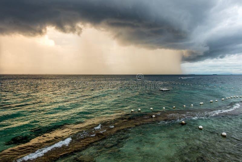 De donderonweren in de stad van Lapu Lapu stock afbeeldingen
