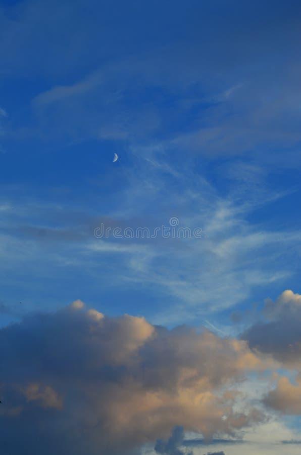 De donkerblauwe hemel van het wolken regenachtige onweer bij het gelijk maken van droevige het voelen stemmingstoon backgroun stock foto
