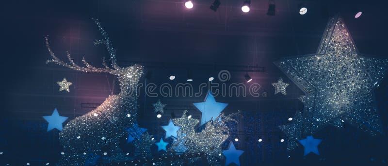 De donkerblauwe roze lilac achtergrond van de de vakantienacht van de winterkerstmis met Kerstmis speelt van het lichtenschijnwer royalty-vrije stock afbeelding
