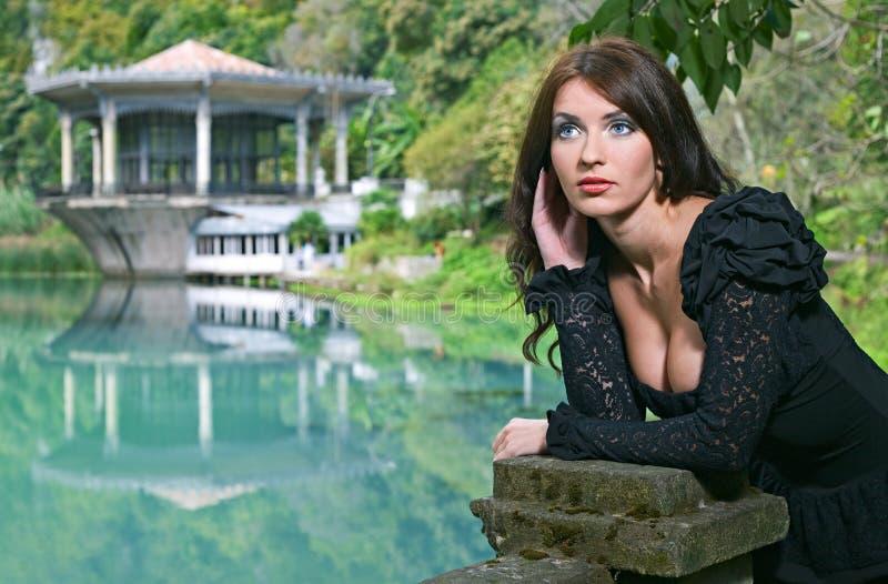De Donkerbruine vrouw van de schoonheid in het bos van Abchazië royalty-vrije stock afbeelding