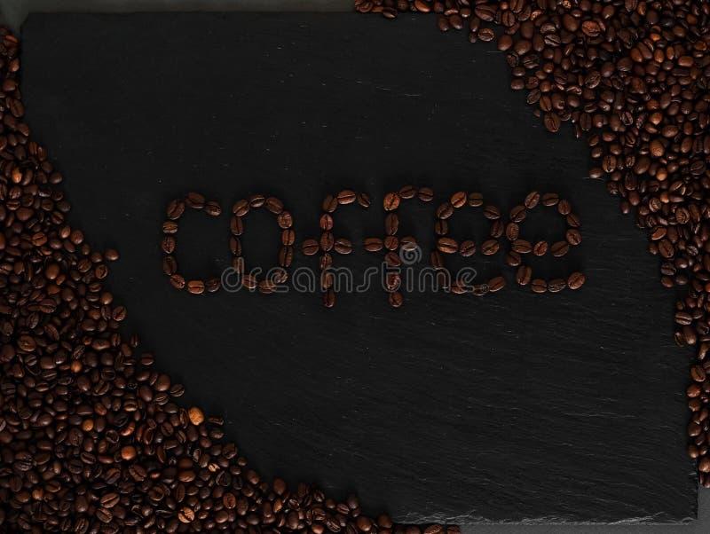 De donkere achtergrond met coffeeped uitdrukking Coffe Zwarte texturised achtergrond met koffiebonen stock fotografie