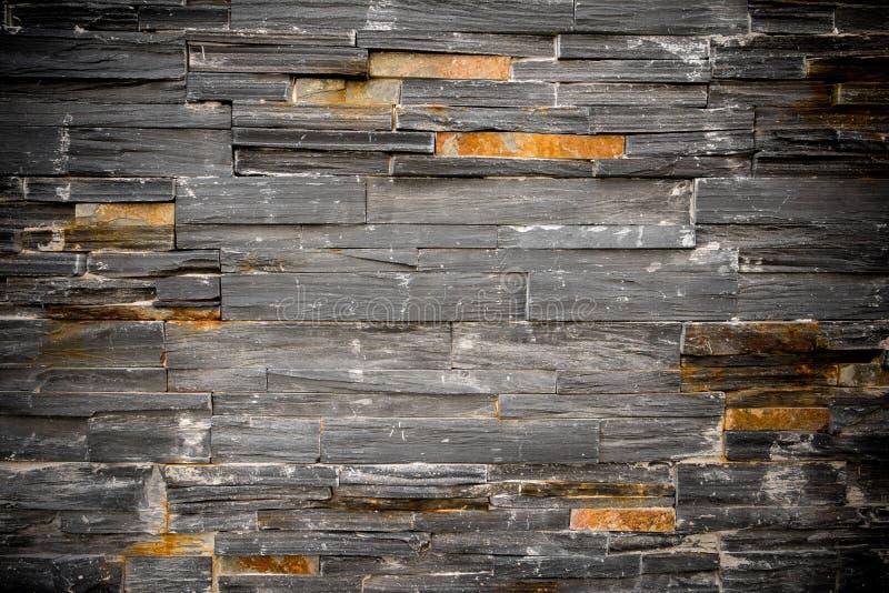 De donkere achtergrond van de de steenmuur van het grungegraniet Donkere roestige de muurachtergrond van de granietsteen De donke stock afbeeldingen