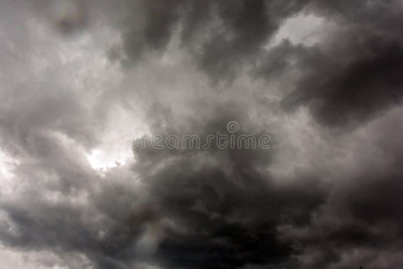 De donkere en Dramatische Achtergrond van het Onweerswolkengebied stock foto's
