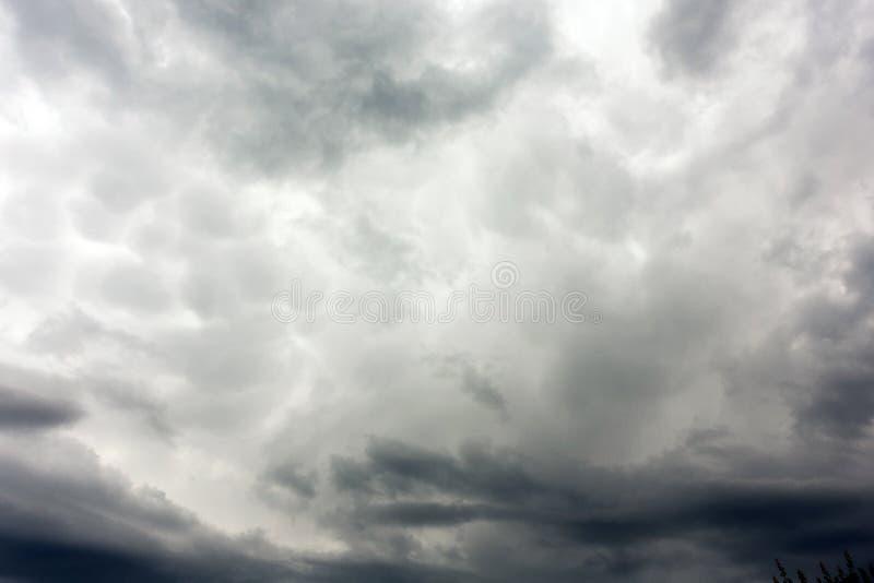 De donkere en Dramatische Achtergrond van het Onweerswolkengebied royalty-vrije stock afbeelding