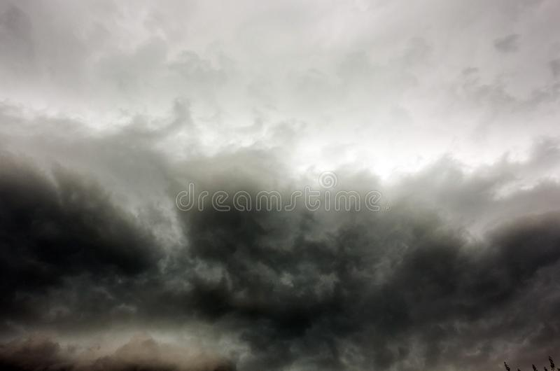 De donkere en Dramatische Achtergrond van het Onweerswolkengebied royalty-vrije stock foto's