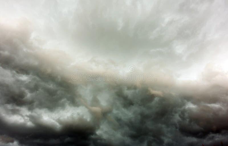 De donkere en Dramatische Achtergrond van het Onweerswolkengebied stock afbeelding