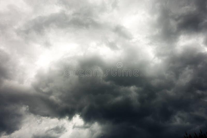 De donkere en Dramatische Achtergrond van het Onweerswolkengebied stock foto