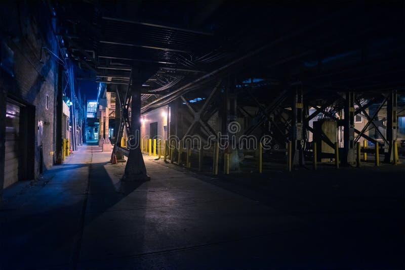 De donkere en enge stedelijke steeg van de binnenstad van de stadsstraat bij nacht stock foto