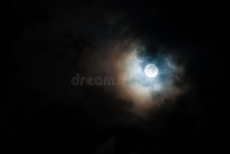 De donkere hemel met de maan Volle maan stock afbeelding
