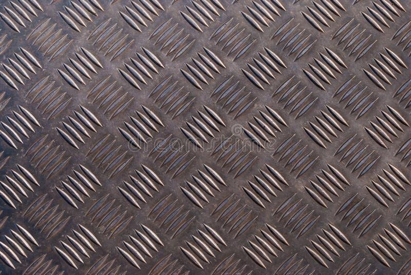De donkere het glanzen oppervlakte van de metaalvloer met industrieel de hulppatroon van de diamantplaat stock fotografie