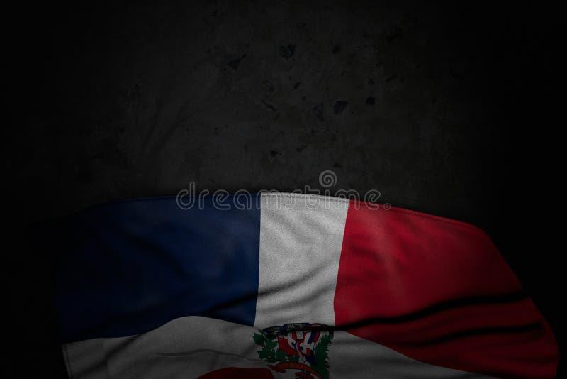 De donkere illustratie van Nice van de vlag van de Dominicaanse Republiek met grote vouwen op zwarte steen met lege ruimte voor u royalty-vrije illustratie