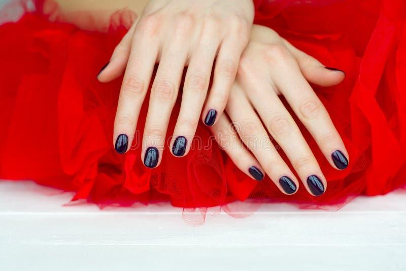De donkere manicure van de close-up op rood royalty-vrije stock foto's