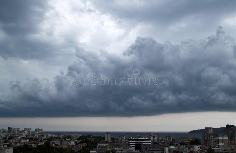 De donkere onweerswolken zijn over Varna, zal er spoedig een douche zijn royalty-vrije stock afbeeldingen