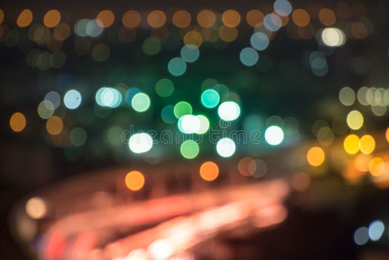 De donkere stad steekt weefgetouw over de stad bij schemer aan en terwijl sommige mensen weg dromen, sluimeren anderen in de uit  royalty-vrije stock foto's