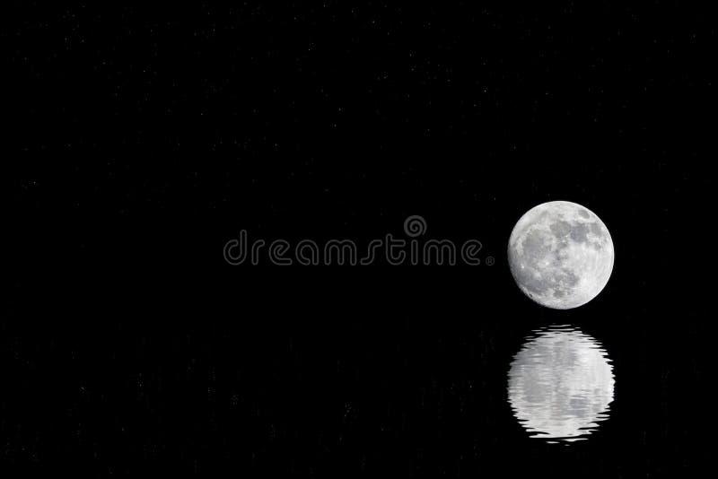 De donkere sterrige hemel en bijna een volle maan dachten in het water van de oceaan na Veel exemplaarruimte op de achtergrond stock fotografie