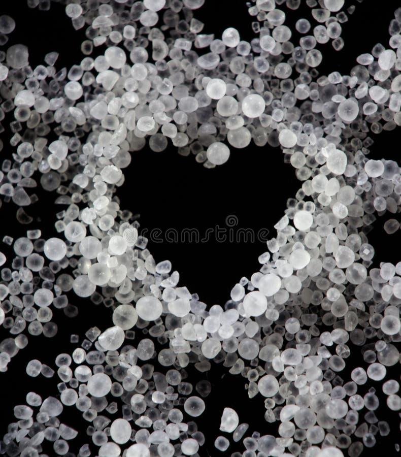 De donkere witte transparante zoute kristallen van de hartvalentijnskaart royalty-vrije stock afbeeldingen