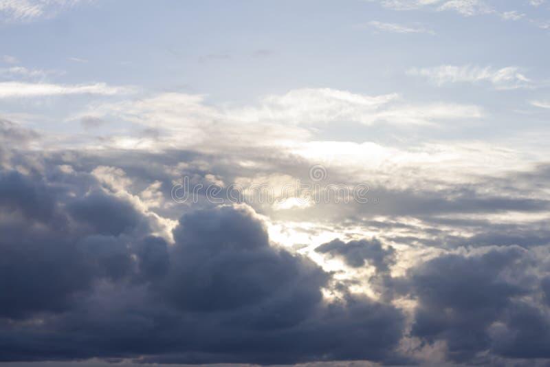 De donkere wolken v??r het onweer zullen regenen royalty-vrije stock foto's