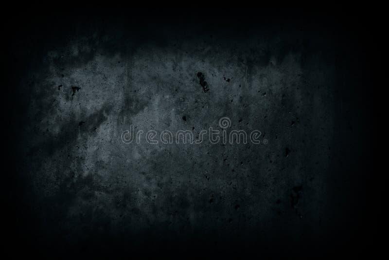 De donkere zwarte concrete muur verliet huis met onvolmaaktheden en de natuurlijke enge achtergrond van de cementtextuur stock foto's