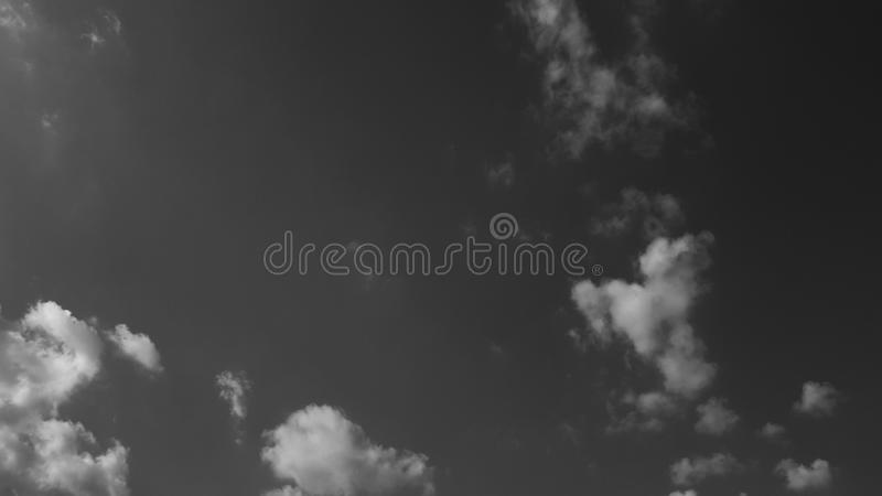 De donkergrijze dramatische hemel whith betrekt de zomer cloudscape natuurlijke achtergrond geen mensen leeg leeg malplaatje stock afbeelding