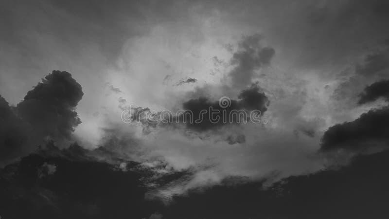 De donkergrijze dramatische hemel whith betrekt de zomer cloudscape natuurlijke achtergrond geen mensen leeg leeg malplaatje royalty-vrije stock fotografie