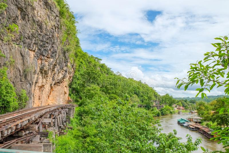 De Doodsspoorweg of de spoorweg Thailand-Birma bij de Wereldoorlog II zijn de spoorwegen werd gebouwd door de klip naast de berg stock afbeeldingen