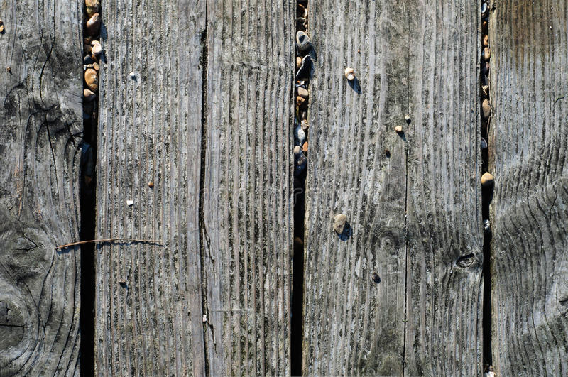 De doorstane Planken van de Strandpromenade met Kiezelsteenstenen stock foto's