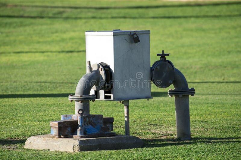De doos, de opening en de waterpijpen van de watermeter royalty-vrije stock afbeelding