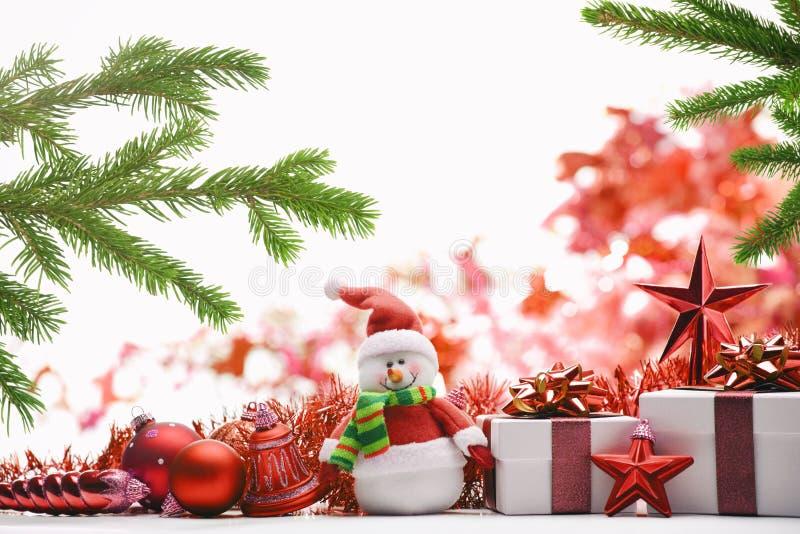 De doos, de Sneeuwman, de snuisterijen en de spar van de Kerstmisgift vertakken zich op witte achtergrond stock afbeelding