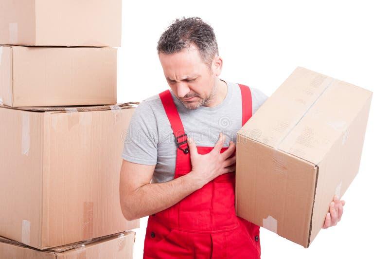De doos die van het de holdingskarton van de verhuizerskerel hartaanvalgebaar maken stock foto