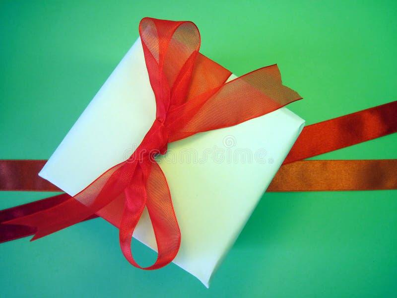 De doos en de linten van de gift stock afbeeldingen